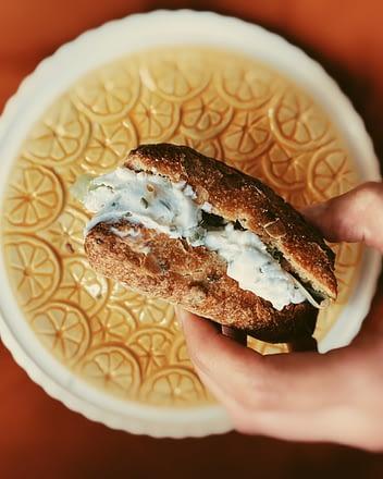 Vegan broodje kruidenroomkraas